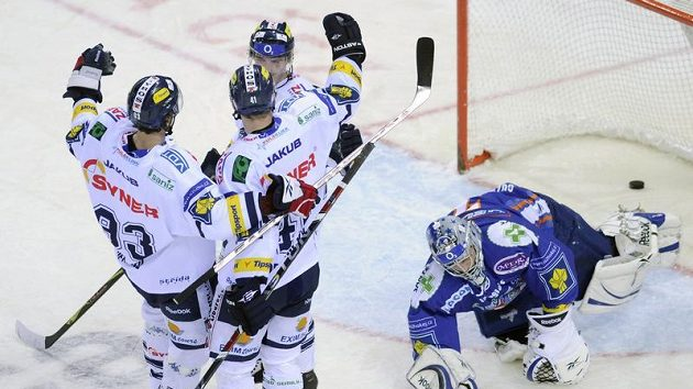 Radost hokejistů Liberce z branky do kladenské sítě