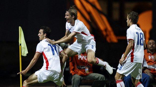 Čeští fotbalisté do dvaceti let se radují z branky Jana Vošahlíka (vlevo).