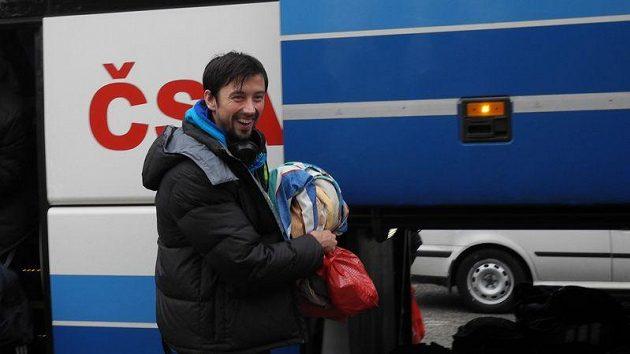 Jakub Novotný vystupoval z autobusu po čtrnáctihodinové jízdě z Itálie unavený, ale spokojený s vítězstvím.