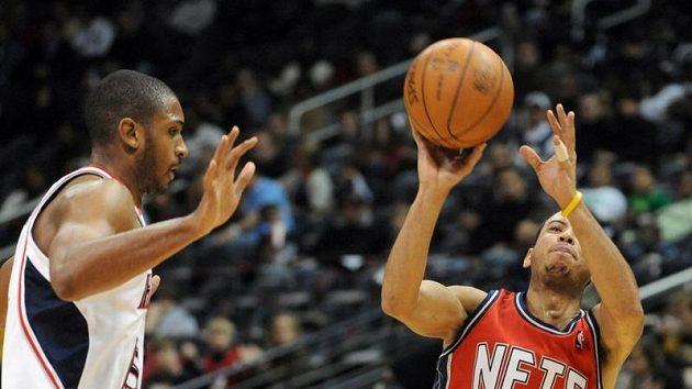 Basketbalista New Jersey Nets Devin Harris (vpravo) střílí v pádu koš Atlantě - ilustrační foto.