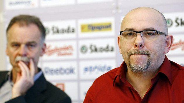 Generální manažer a šéftrenér reprezentace Slavomír Lener (vlevo) a trenér českých hokejistů do dvaceti let Miroslav Přerost.