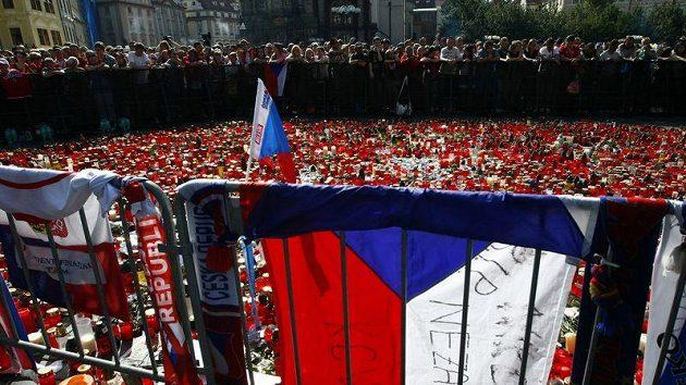 Tisíce lidí a tisíce svíček na poslední cestě českých hokejistů, kteří zahynuli v Rusku při letecké tragédii.