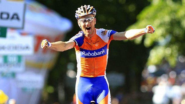 Pieter Weening se raduje v cíli etapy na Giru.