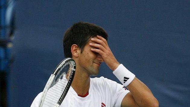 Srbský tenista Novak Djokovič reaguje na jeden z míčků během finále turnaje v Cincinnati proti Rogeru Federerovi.