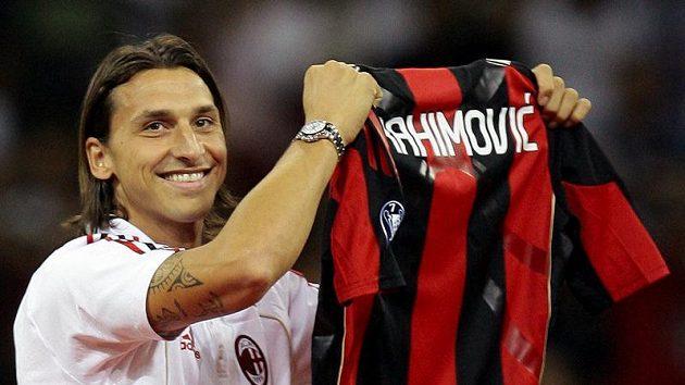 Zlatan Ibrahimovic pózuje s dresem AC Milán.