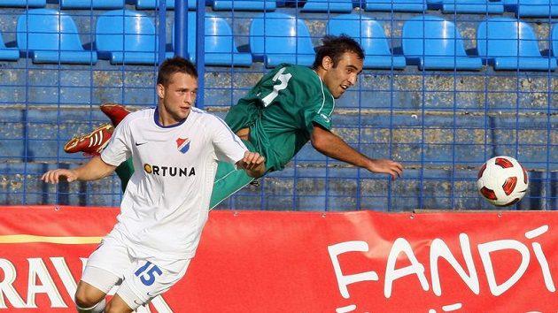 Antonín Fantiš z Baníku Ostrava (vlevo) bojuje o míč s Irakli Čankvetazdem z hruzínského WOT Georgia Tbilisi.