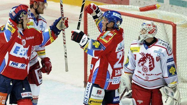 Hokejisté Pardubic Jiří Cetkovský (vlevo) a Dolby Genoway (druhý zprava) se radují z branky do sítě Tomáše Duby z Třince.