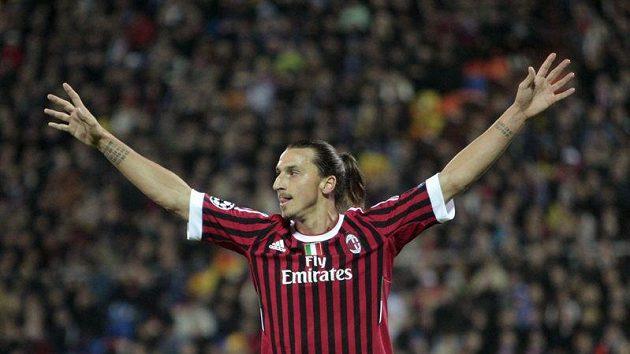 Zlatan Ibrahimovič z AC Milán oslavuje vstřelený gól na hřišti BATE Borisov.