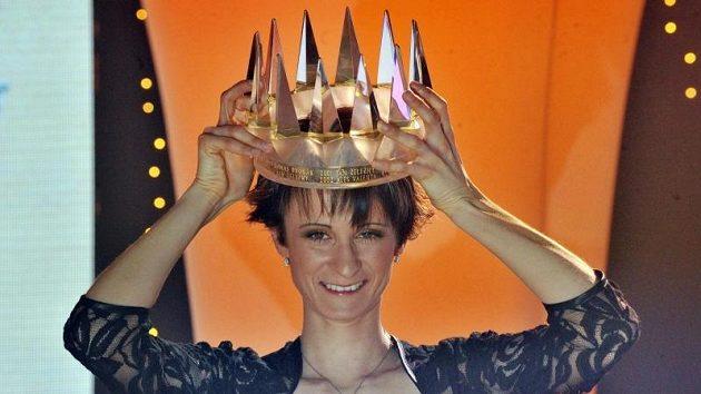 Rychlobruslařka Martina Sáblíková s korunou pro královnu českého sportu.