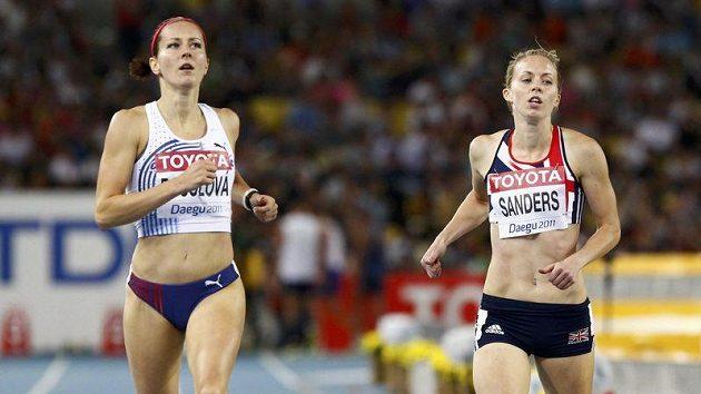 Denisa Rosolová (vlevo) využívá balanční náramek, kineziotejpy i kompresní podkolenky.