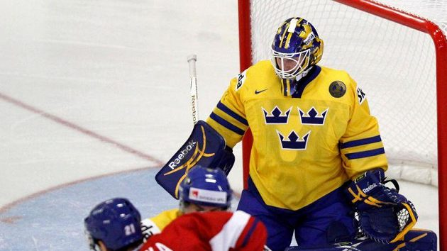 Petr Straka se snaží překonat švédského brankáře Fredrika Pettersona Wentzela na MS do 20 let.