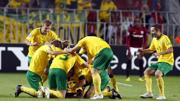 Fotbalisté Žiliny oslavují jednu z branek proti Spartě