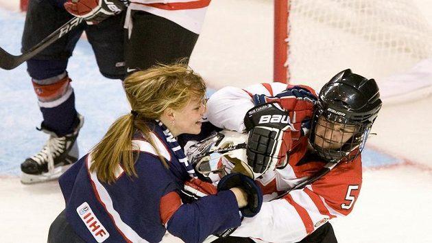 Američanka Erika Lawlerová (vlevo) v souboji s Colleen Sostoricsovou z Kanady