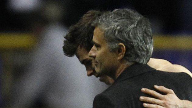 José Mourinho přijímá gratulaci od Garetha Balea z Tottenhamu