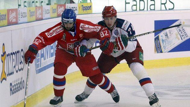 Český reprezentant Michal Vondrka svádí souboj u mantinelu s Rusem Jemelinem.
