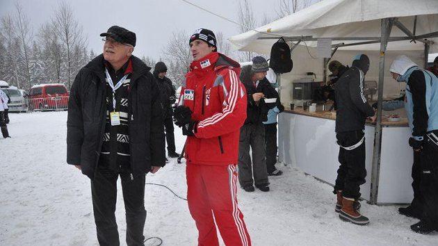 Odpoledne se prezident Václav Klaus (vlevo) vítal pod můstkem s Jakubem Jandou.
