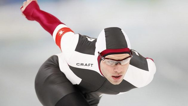Lotyšský rychlobruslař Haralds Silovs během olympijského závodu na 5 000 metrů