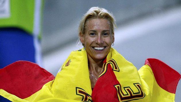 Španělská běžkyně Marta Dominguezová se raduje z vítězství v běhu na 3000 metrů steeplechase na MS v Berlíně.