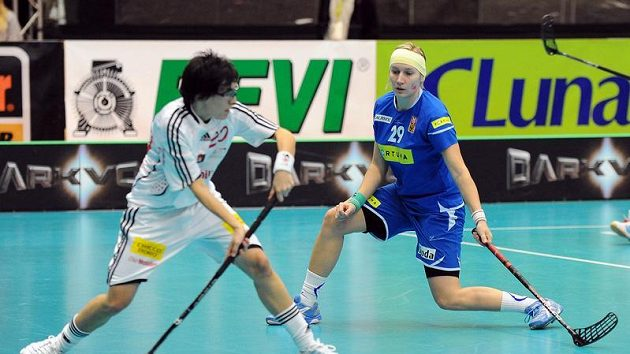 Kristýna Jílková brání švýcarskou útočnici Andreu Benzovou.