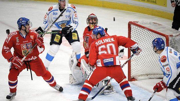 Puk přepadá přes brankáře Alexandra Saláka v utkání národního týmu proti Finsku.