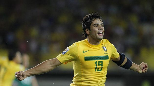 """Brazilec Henrique se raduje z gólu, který mladé """"kanárky"""" posunul do finále."""