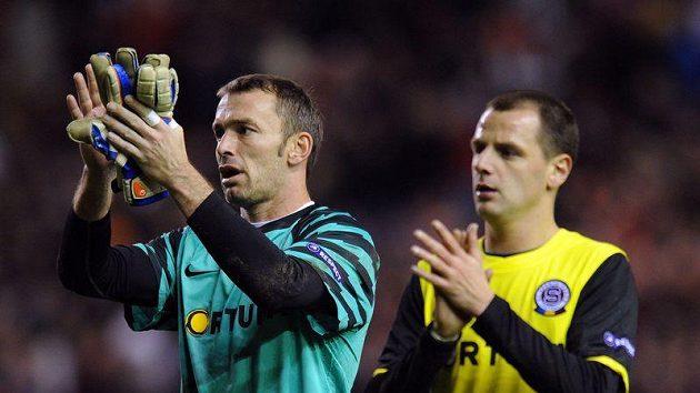Jaromír Blažek (vlevo) a Marek Matějovský děkují po zápase na liverpoolském Anfieldu sparťanským fanouškům.