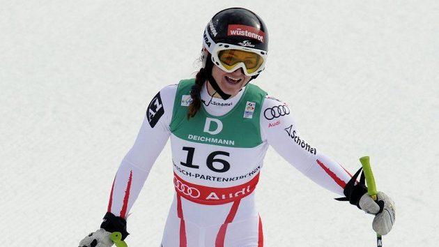 Rakušanka Elisabeth Görglová má důvod k úsměvu. Na MS v Ga-Pa vyhrála po superobřím slalomu i sjezd.