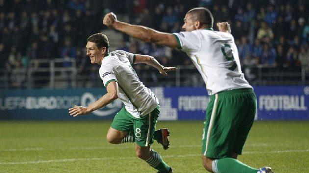 Irský fotbalista Keith Andrews (vlevo) oslavuje vstřelený gól do sítě Estonska.