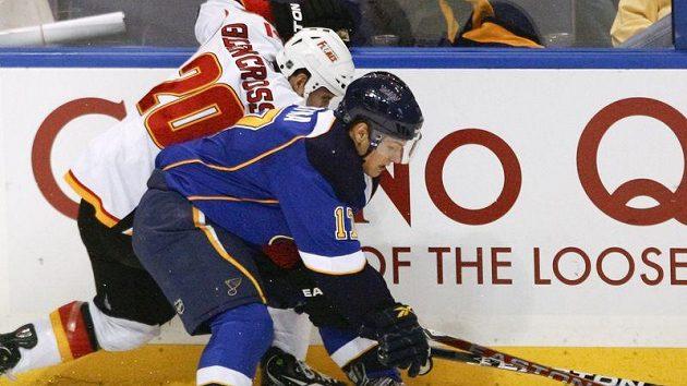 Vladimír Sobotka z St. Louis Blues (vpředu) tlačí na mantinel Curtise Glencrosse z Calgary.