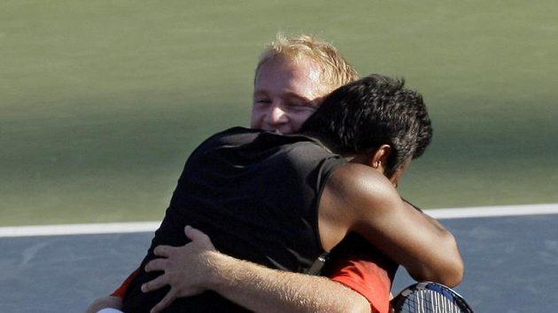 Leander Paes se objímá s Lukášem Dlouhým po vítězství ve finále US Open.