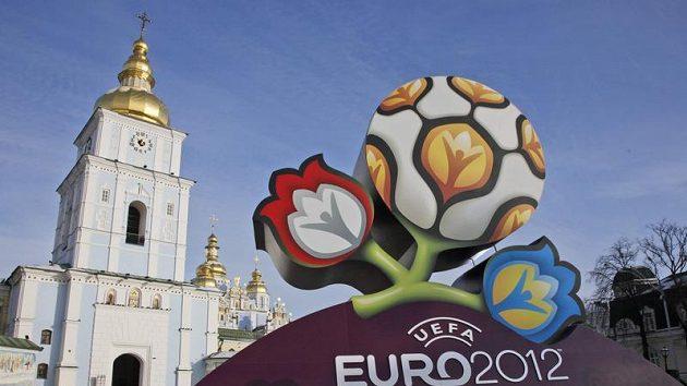Logo pro fotbalové mistrovství Evropy 2012 na Michajlovském náměstí před katedrálou svatého Michala v Kyjevě.