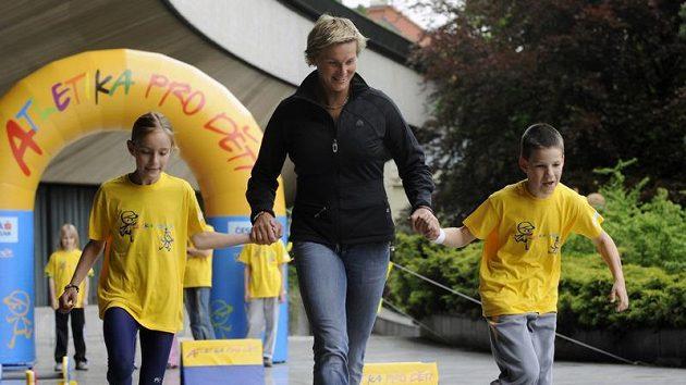 Oštěpařka Barbora Špotáková (uprostřed) při představení projektu Atletika pro děti.
