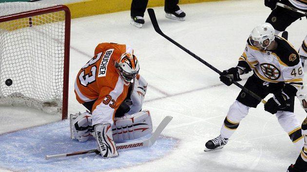 David Krejčí z Bostonu překonává gólmana Philadelphie Bouchera.
