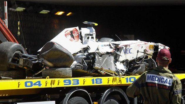 Vrak monopostu Sergia Péreze po děsivé nehodě během kvalifikace na GP Monaka.