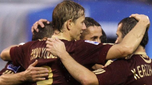 Ruští fotbalisté oslavují branku.