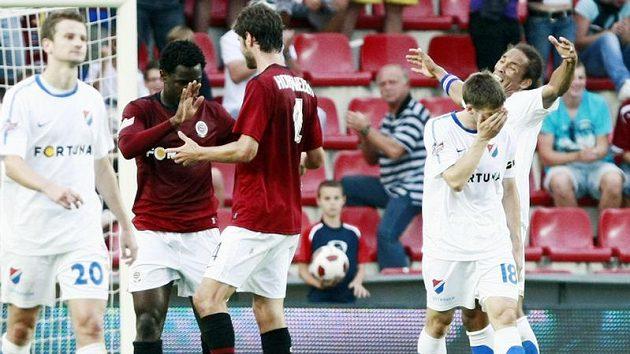 Sparťané Wilfried a Hoheneder se radují z gólu, zato gesta ostravských fotbalistů jsou výrazem bezmoci a zmaru.