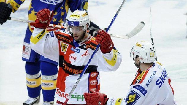 Hokejista Slavie Michal Vondrka (uprostřed)