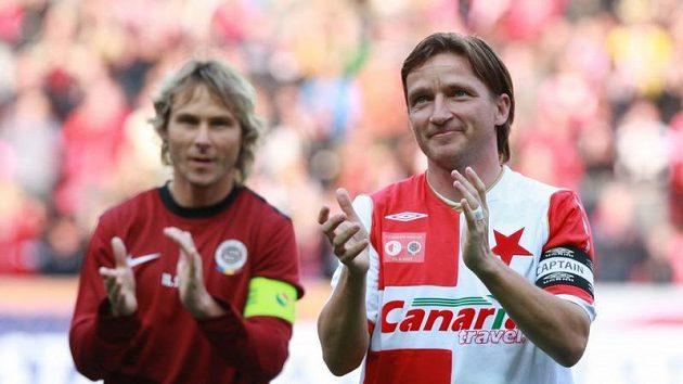 Vladimír Šmicer děkuje fanouškům při svojí rozlučce, v pozadí Pavel Nedvěd.