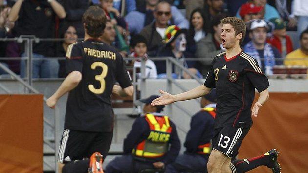 Thomas Müller (vpravo) bude Němcům v semifinále chybět - ilustrační foto.