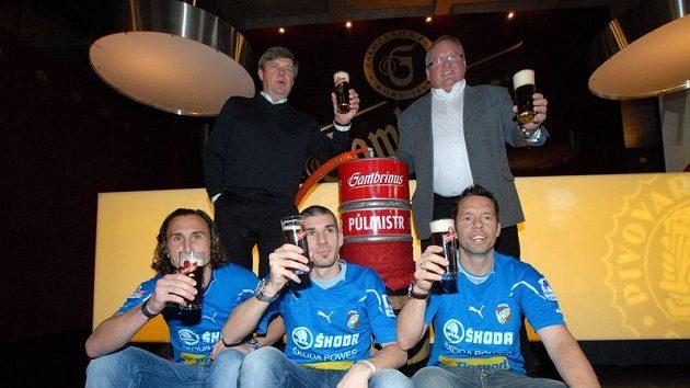 S Jiráčkem (vlevo) a Rezkem si Pavel Horváth (vpravo) si na plzeňském pivu ve volných chvílích pochutnal, svému kyperskému parťákovi ovšem odmítl niveu dovézt.