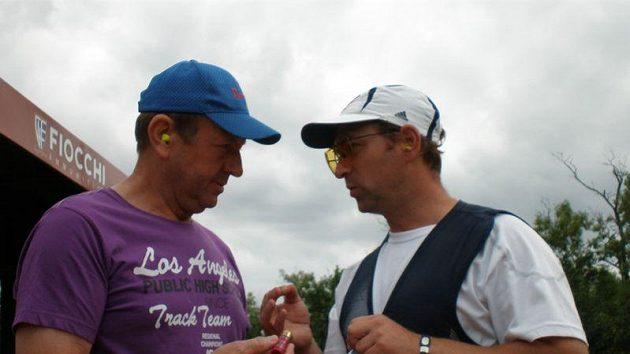 Trenér Jan Hůla (vlevo) a Jan Sychra se radí před závodem o patronách.