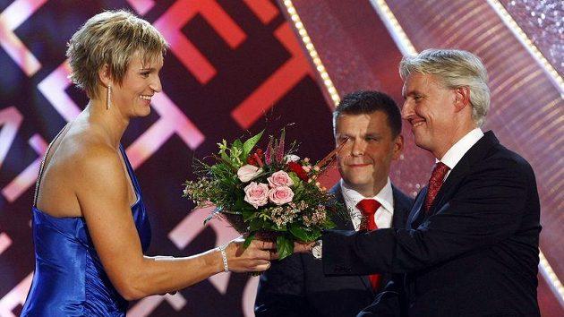 Barbora Špotáková dostává kytku od šéfa svazu Libora Varhaníka.