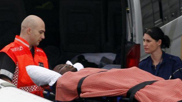 Záchranáři nakládají do sanitky težce zraněného hráče Toga Kodjovu Obilaleho.