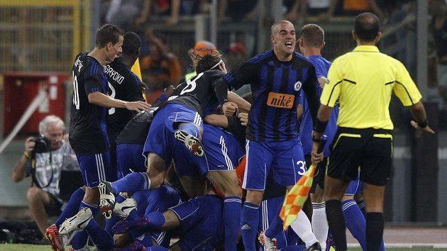 Fotbalisté Slovanu Bratislava se radují z postupu přes AS Řím do základní skupiny Evropské ligy.