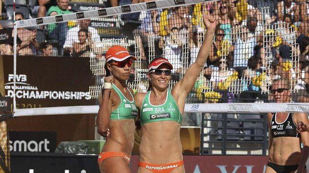 Brazilské plážové volejbalistky Juliana Silva (vlevo) a Larissa Franca oslavují postup do finále MS v Římě přes český pár Lenka Háječková a Hana Klapalová.