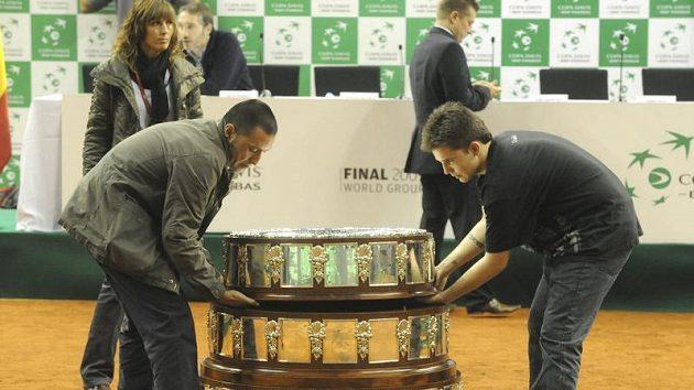 Pořadatelé finále Davisova poháru mezi tenisty Španělska a ČR připravovují v Barceloně podstavec k vystavení trofeje.