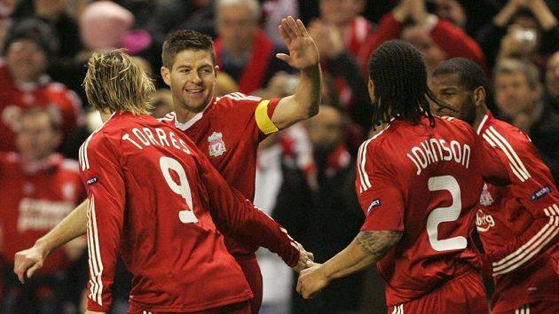 Kapitán Liverpoolu Steven Gerrard (druhý zleva) se raduje se svými spoluhráči z branky.