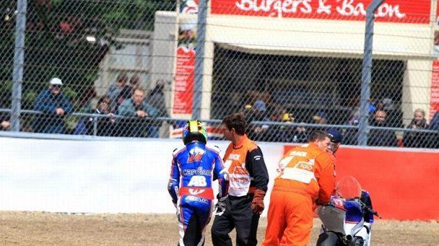 Karel Abraham opouští po nezaviněném pádu trať v Silverstone.