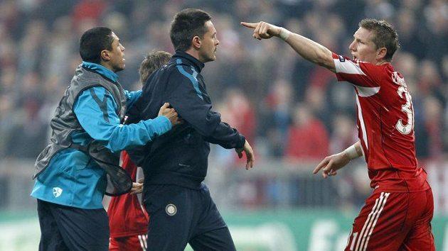 Záložník Bayernu Mnichov Bastian Schweinsteiger (vpravo) gestikuluje směrem k Marco Materazzimu po utkání Bayern - Inter.
