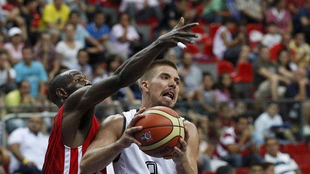 Německý basketbalista Steffen Hamann (vpravo) v souboji s Vladimirem Jeronimem z Angoly.